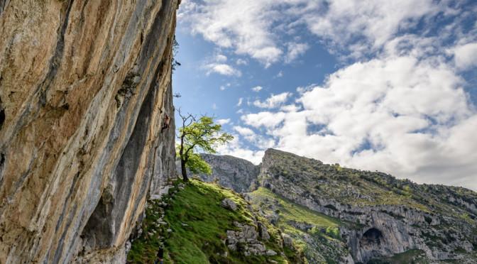 Vistas impresionantes, con Carcalosa detras... Alex López, Ritmo caribeño, F: José Alberto Puente Great view of the angle of the crag: and you can see Carcalosa behind
