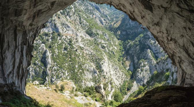 Desde el inerior de la cueva...Alberto Hontavilla explorando el muro. The view from the inside. F. Reini Wallmann